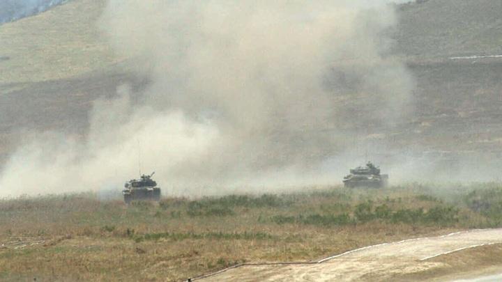 Армянские военные засняли на видео уничтожение танков противника. В Баку отказались верить