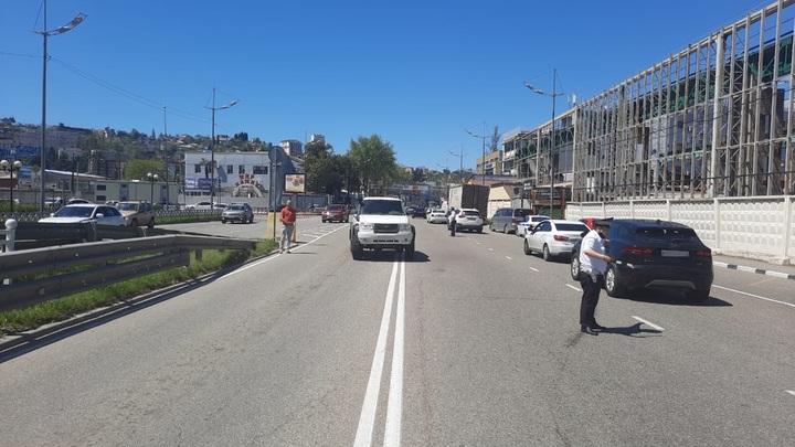 В Сочи под колеса внедорожника попала 15-летняя девочка