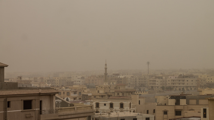 Песчаный ураган обрушился на Египет: Людей просят не появляться на улице - видео
