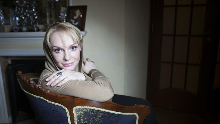 Вдову Евстигнеева накануне гибели шантажировали ее интимными снимками
