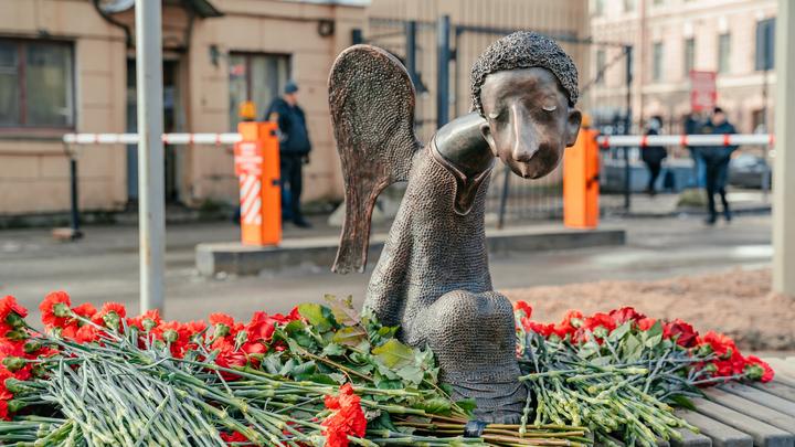 В Санкт-Петербурге провели «человеческое» открытие «Печального ангела», чиновники не пришли