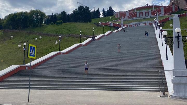 В правительстве объяснили, почему Чкаловская лестница после открытия была завалена мусором