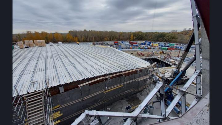 Строители новой ледовой арены в Новосибирске начали утеплять кровлю