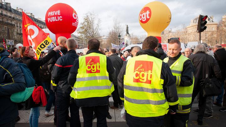 Хотим устроить полную блокировку: Французские профсоюзы в знак протеста не дают работать НПЗ Франции
