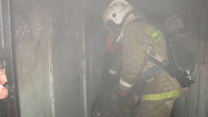 При пожаре на Большой Пороховской в Петербурге погиб мужчина и пенсионерка: ее обнаружили связанной