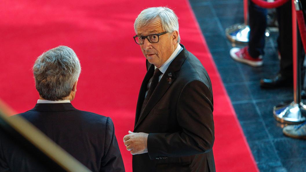 Юнкер извинился, что назвал Европарламент смехотворным