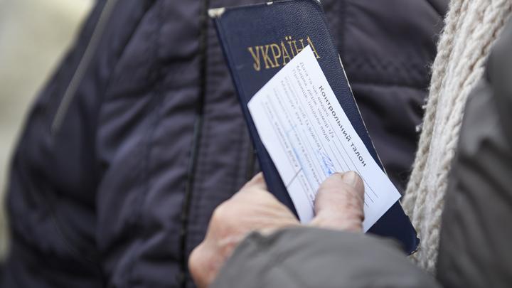 Украинские патриоты бегут менять паспорта, едва пересекая границу с Венгрией