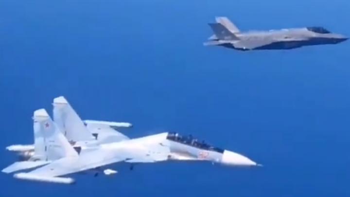 Между крыльями считаные метры: Исторический полёт истребителей России и Италии попал на видео