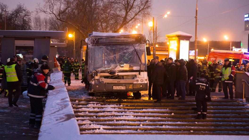 Минтранс опровергает неисправность упавшего впереход наСлавянском бульваре в столице России  автобуса