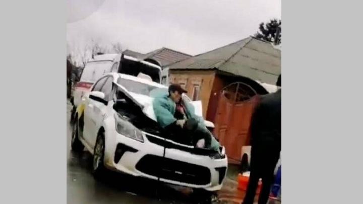 В Ростове-на-Дону ассенизатор застрял после ДТП в капоте автомобиля такси