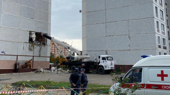 Ногинск: Спасатели держат стену, чтобы дом не сложился совсем