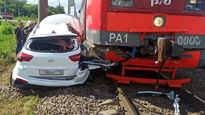 На Кубани на железнодорожном переезде иномарка попала под поезд