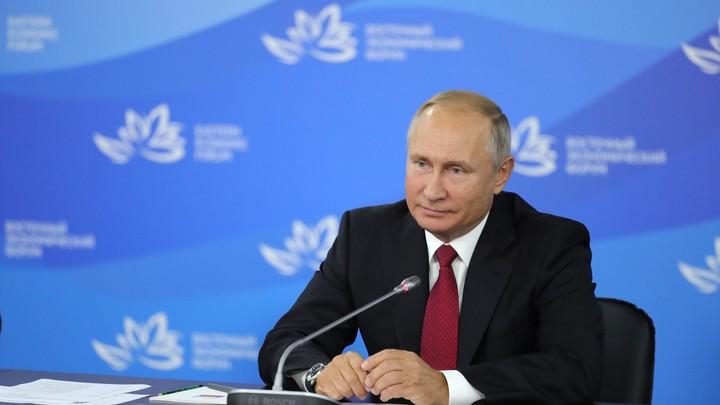 В знак благодарности за совместную работу: Путин наградил главу FIFA орденом Дружбы