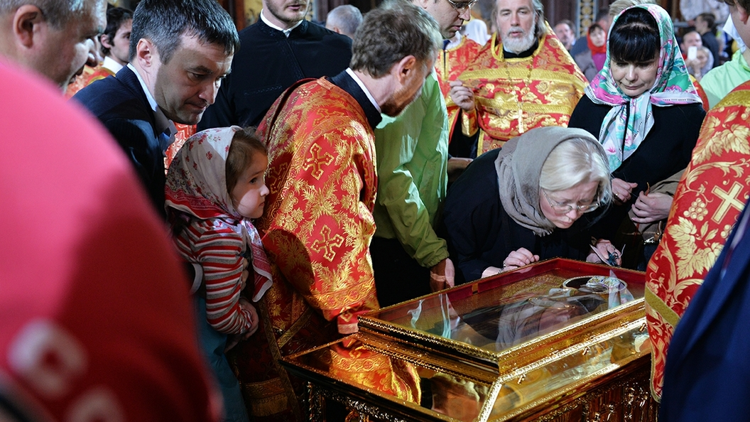 Сотни верующих пришли кАлександро-Невской лавре в ожидании мощей святителя Николая