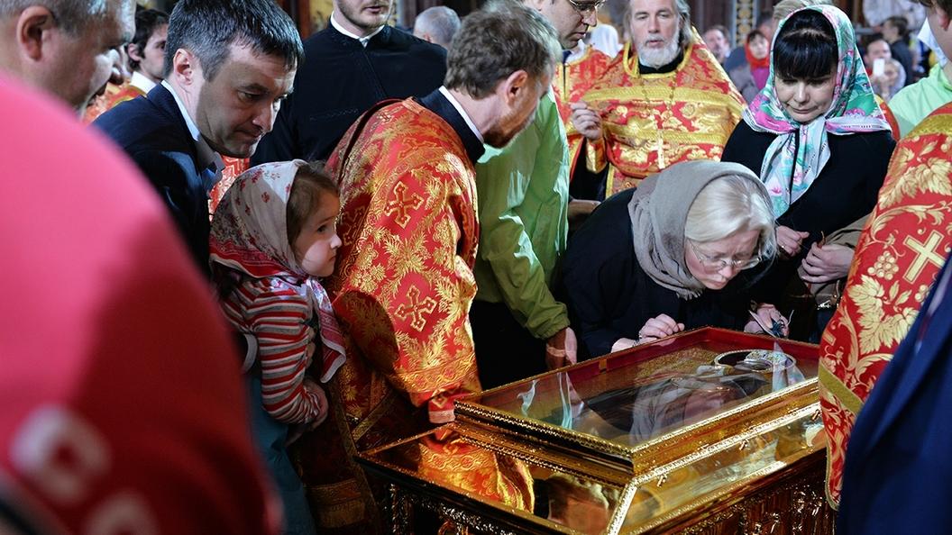 Очередь к мощамсвятителя Николая Чудотворца начинается у Фрунзенской набережной