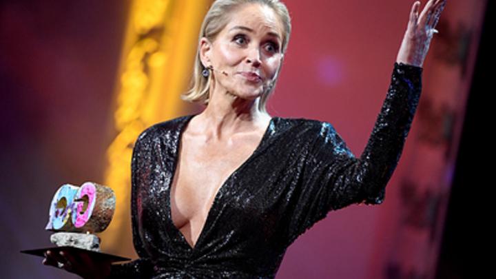 Она что-то знает о своих политиках: В Сети предложили похвалившей Путина Шэрон Стоун квартиру