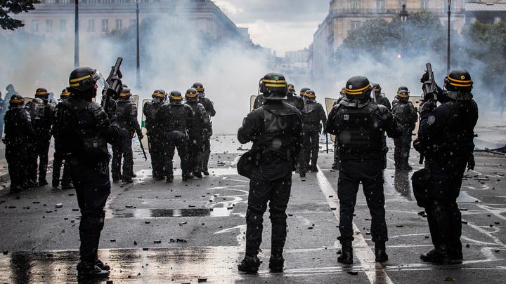 Противников вакцинации атаковали газом: Парижане митингуют, полиция лютует