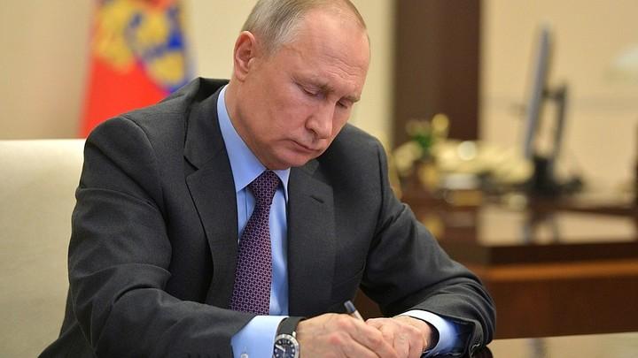 Сейчас не до формальностей: Путин потребовал продлевать водительские права и паспорта автоматически