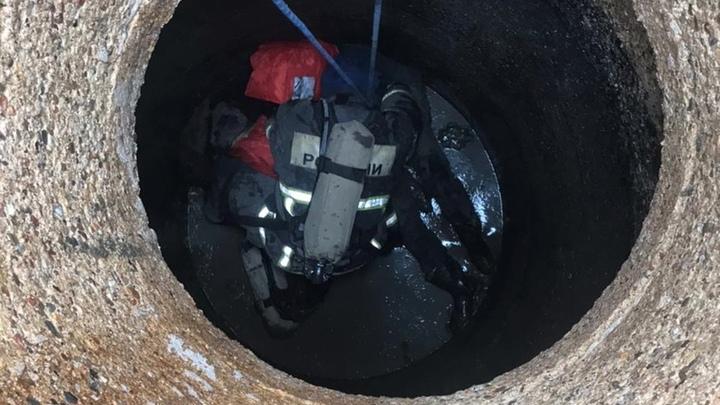 Спасатели достали из канализационного колодца в Бурцево двоих мужчин, одного — уже мертвым