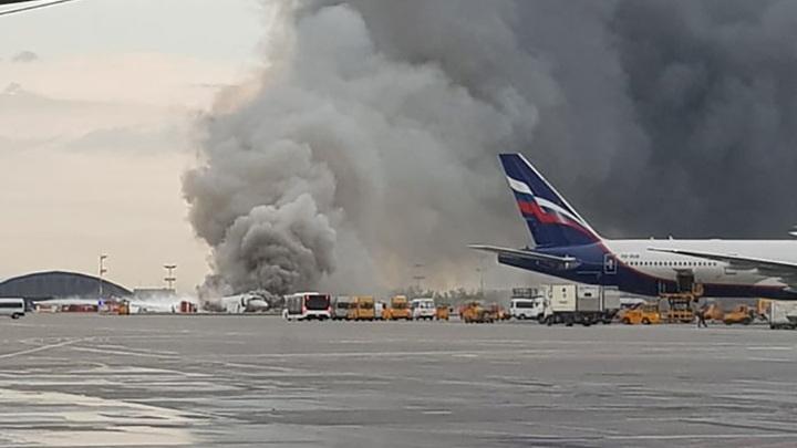 При пожаре на борту самолёта в Шереметьево пострадали люди, направлено 10 скорых - источник