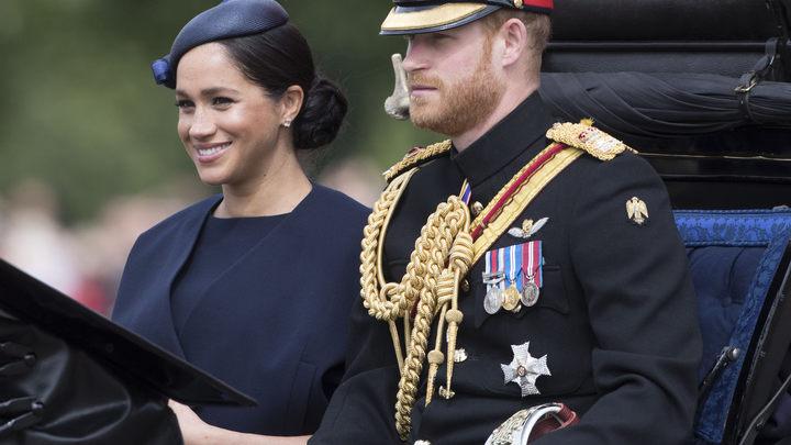 Собак не гладить, про ребенка не спрашивать: СМИ узнали о несладкой жизни соседей Меган Маркл и принца Гарри