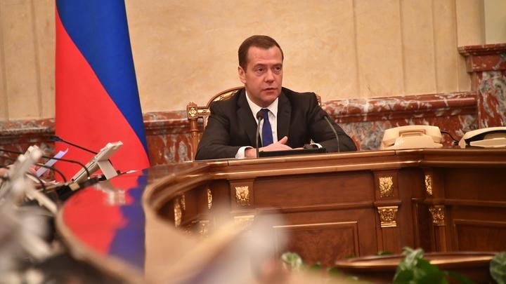 А впрочем, нету никаких проблем: Медведев заявил об «абсолютно спокойной» ситуации в экономике России