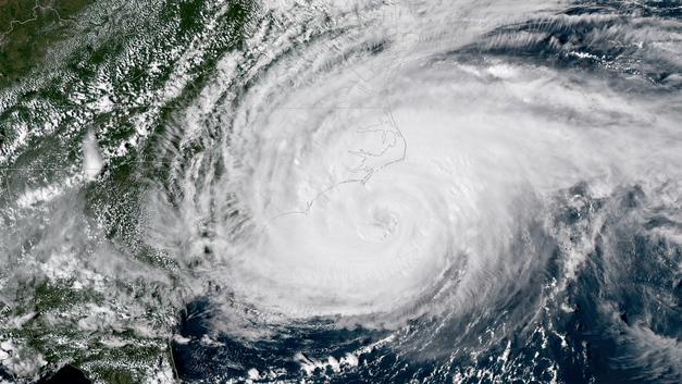Ураган «Флоренс» в США «утопил» ведущую прогноза погоды - видео