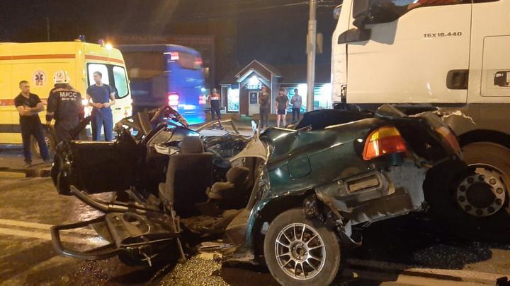 В Новосибирске парень и девушка погибли в ночном ДТП с грузовиком