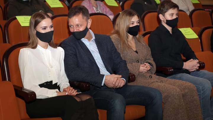 Губернатор Владимир Сипягин побывал на премьере в драмтеатре со всеми старшими детьми