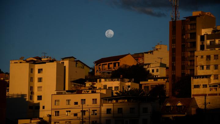 Ученые выяснили настоящий цвет Луны, скрытый под слоем пыли