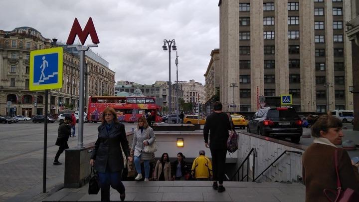 """""""Пускай они выходят!"""": Пассажиры в метро встали стеной, чтобы не пустить дебоширов"""