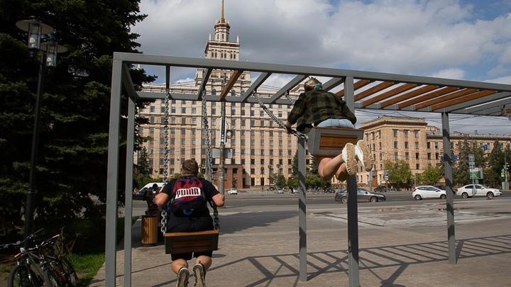 Два круга - большой и малый: в Челябинске начали монтаж Парка качелей
