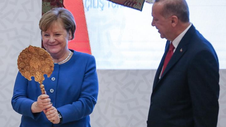 Эрдоган подарил Меркель декоративное зеркало ишлем