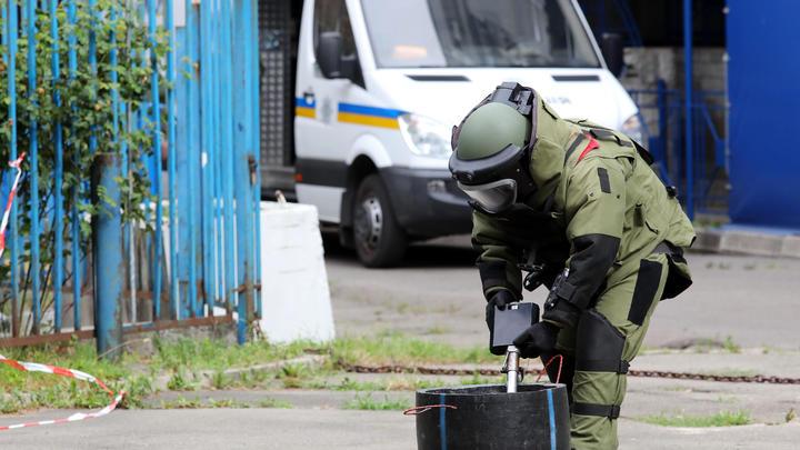 Взрыв прогремел у станции метро Киева Минская. Ранее там нашли подозрительный предмет