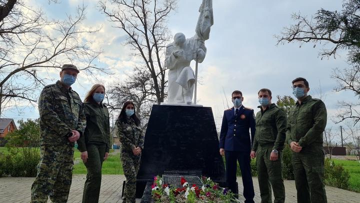 Донские следователи привели в порядок мемориал на братской могиле солдат Великой Отечественной войны
