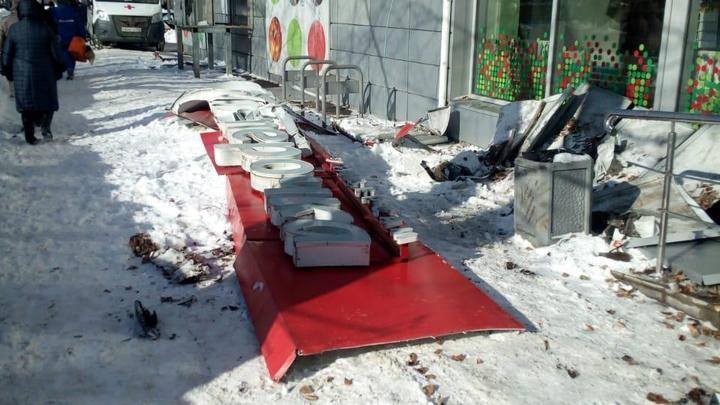 В Нижнем Новгороде вывеска «Пятёрочки» рухнула на 87-летнюю старушку