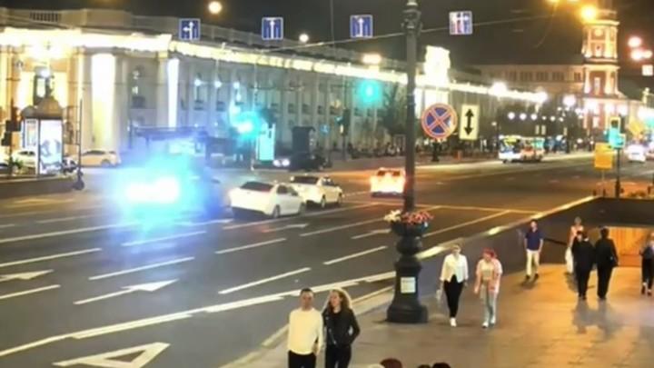 Хотел снять номера и убежать: водитель на джипе собрал пять машин на Невском проспекте