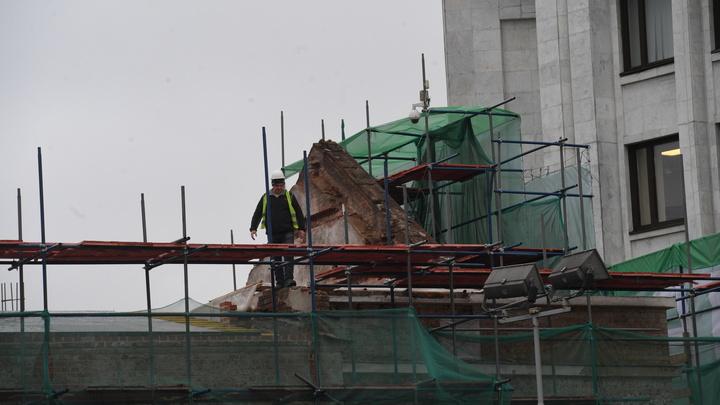 В Екатеринбурге подъемный кран повредил строительные леса у высотки
