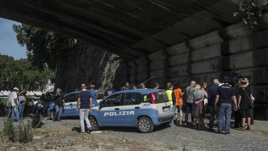 Автобус с туристами застрял в арке моста в Риме