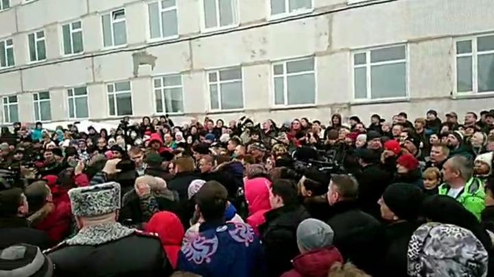 Им нехило прилетело по голове: Под крики Позор! чиновники сбежали из провонявшего Волоколамска