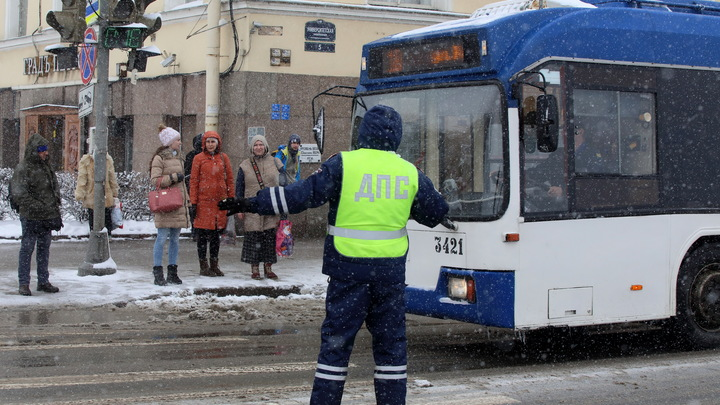 Власти Новосибирска объяснили причину выхода на маршрут разваливающихся троллейбусов