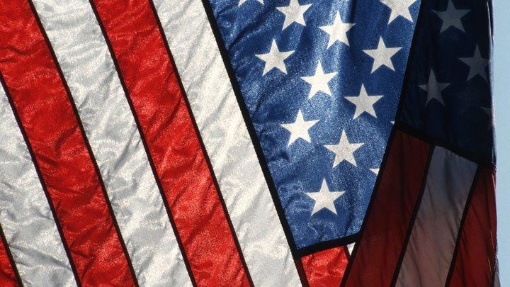 Американский флаг беспощадно рвет на части ураган Флоренс - видео