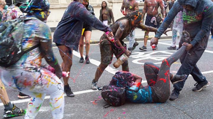 «Закройте мне глаза»: Традиционный карнавал Ноттинг-Хилл возмутил лондонцев откровенными сценами