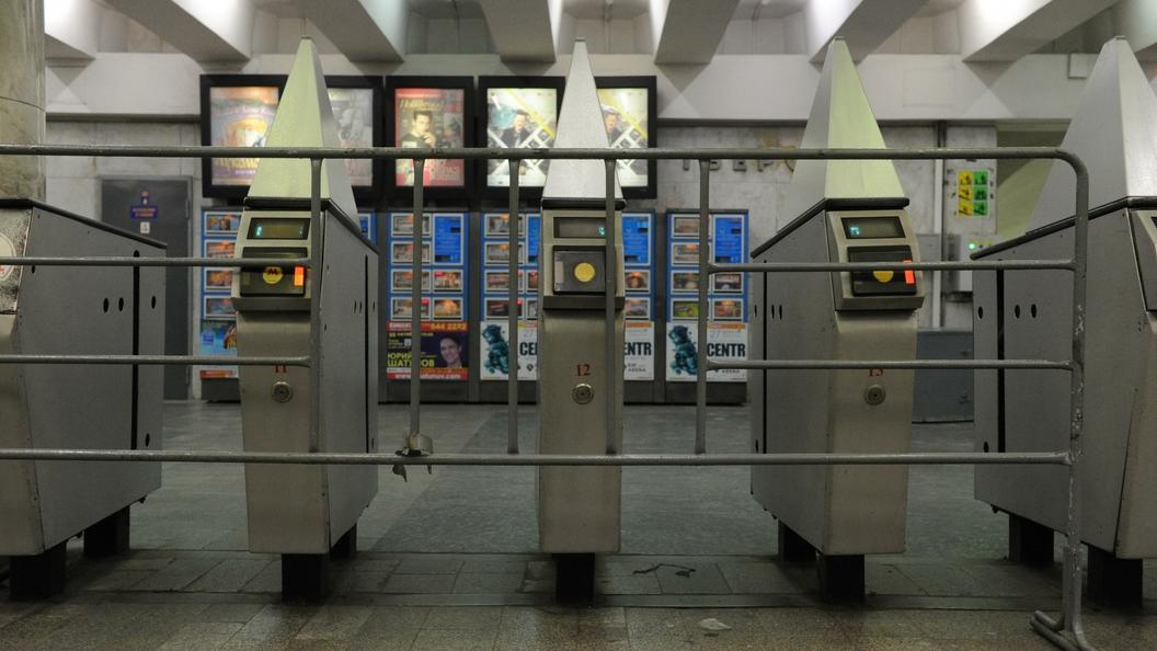 Поезд застрял в тоннеле: Пассажиры сообщили о сбое на зеленой ветке метро Москвы