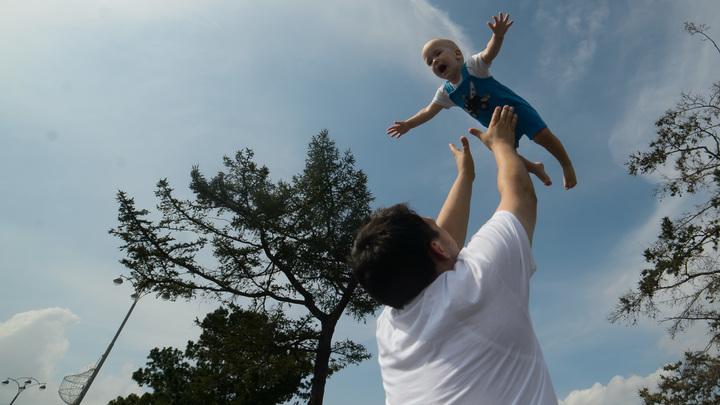 Лапуська! Как на папу смотрит: Муж Саши Кабаевой познакомился с маленьким сыном