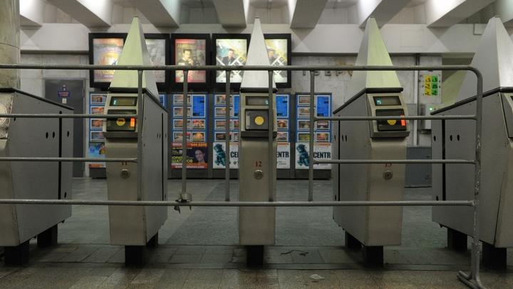 Зеленая ветка метро в Москве встала из-за инцидента с пассажиром