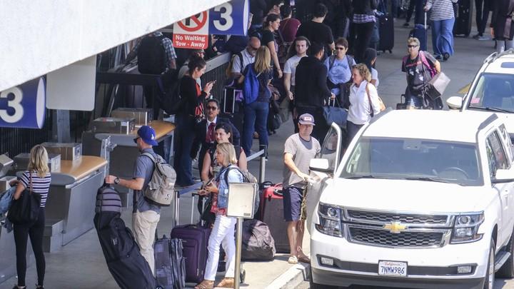Аэропорт Лос-Анджелеса был срочно эвакуирован из-за подозрительного предмета