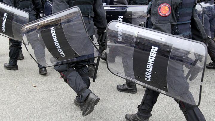 Главарь мафии захватил с ножом отделение почты в Италии: В заложниках 4 человека - видео