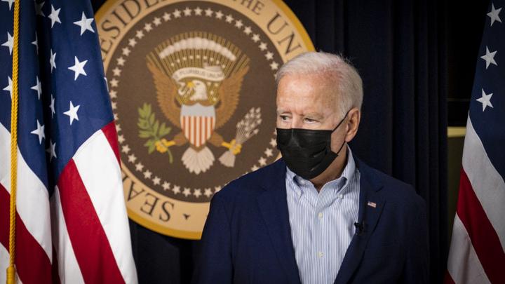 Байден угодил в новый конфуз перед камерами: Президента США подвели уши
