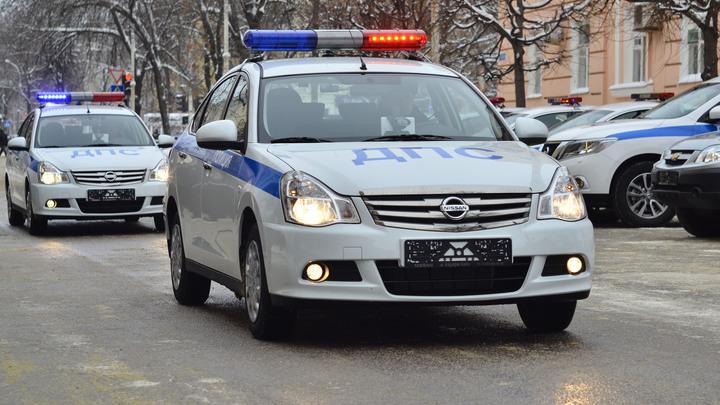 Легковушка на скорости врезалась в остановку в Москве, есть пострадавшие